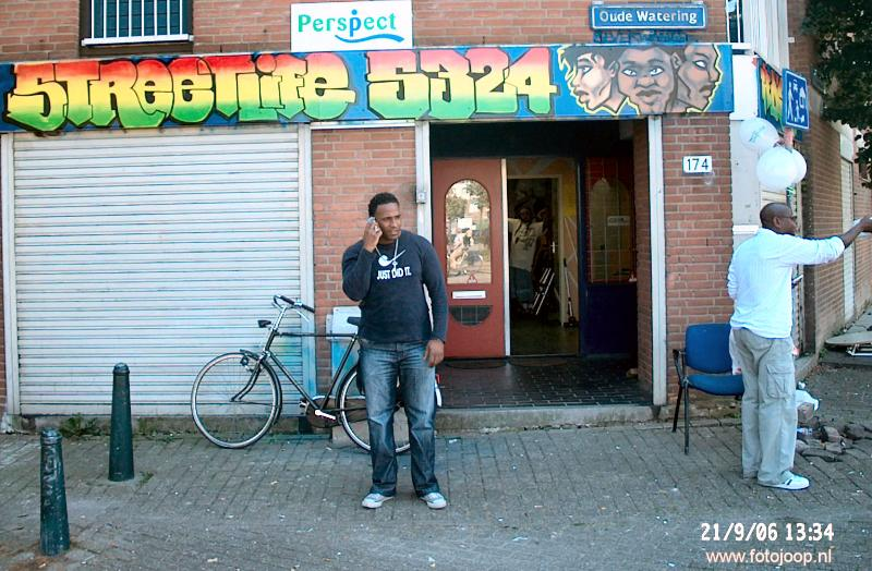 21-09-2006 streetlife 5324 the district graffity bord&logo perspect.